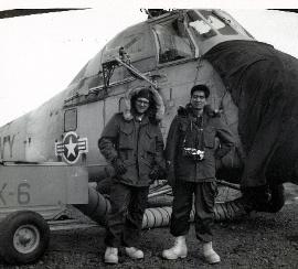 写真:アメリカ海軍が南極に設置したマクマード基地で取材する柳川喜郎さん(右)=1964年撮影