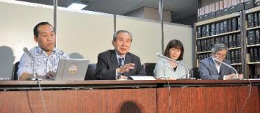 写真:記者会見する原告側の高橋利明弁護団長(左から2番目)ら=東京都千代田区