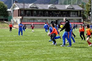 オープンした釜石市球技場でラグビーをする子どもたち=釜石市甲子町