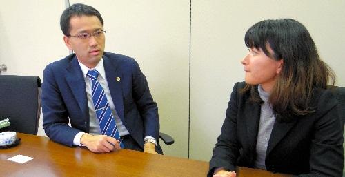 写真:故郷で開業した穂積学弁護士(左)。妻の幸子弁護士とともに=福島県白河市新白河2丁目