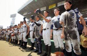 グラウンドに一礼して引きあげる明徳義塾の選手たち=阪神甲子園球場、林敏行撮影
