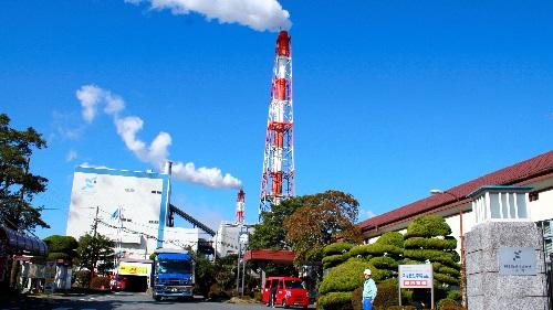 写真:煙突から白い湯気が立ち上るのが見える日本製紙八代工場の正門 朝日新聞デジタル:日本製紙八代