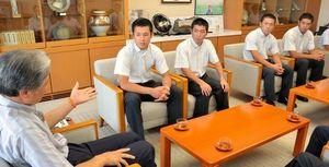 福田知事と会話しながら甲子園でのプレーを振り返る作新学院の選手=県庁