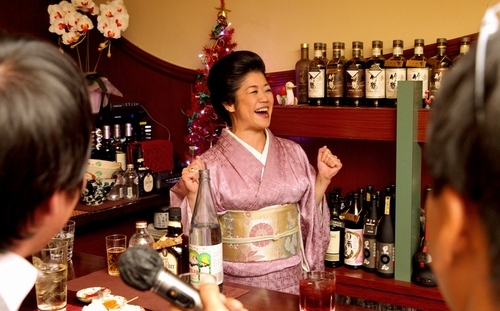 常連客のカラオケに合わせてノリノリで踊る=中央区、池永牧子撮影
