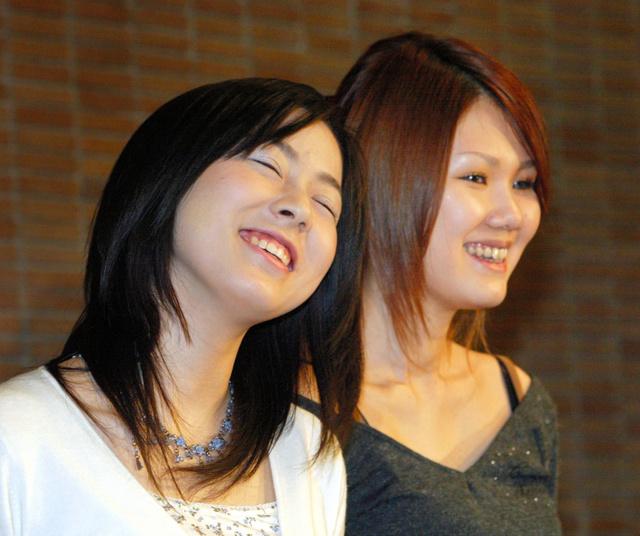 第130回芥川賞を受賞した綿矢りささん(左)と金原