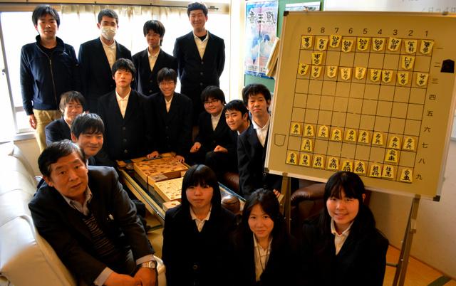 全国大会での優勝を目指して練習に励む湖南農業高校の将棋部の部員たち=草津市草津町