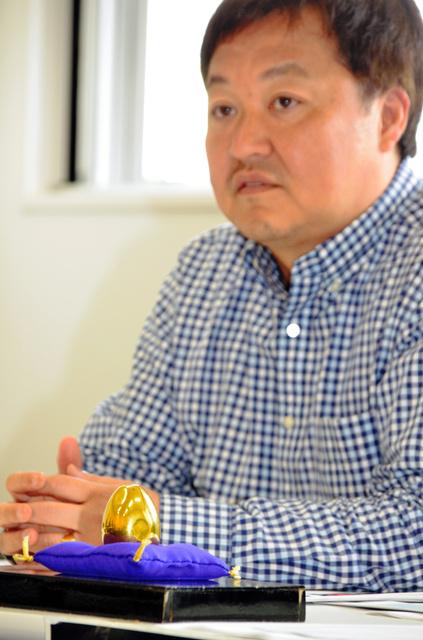 復活する白夜祭で展示される「金の卵」と南口信一実行委員長=稚内市