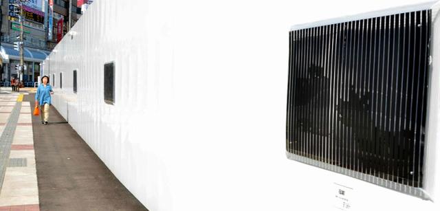 工事現場を囲むフェンスに設置されたスリットアニメーション=福井市中央1丁目