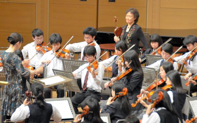 水戸室内管弦楽団の奏者の指導を受けながら演奏する高校生=水戸市五軒町の水戸芸術館