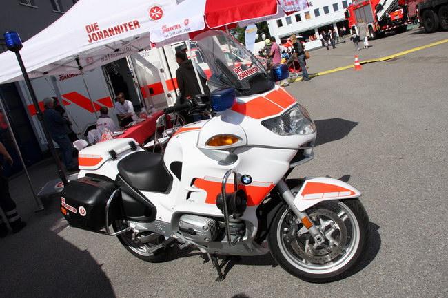 asahi.com(朝日新聞社):DLRG同様、ドイツで救急ボランティアを行なっている「ヨハネ会」のBMWバイク - ドイツの「消防車ショー」 - 愛車