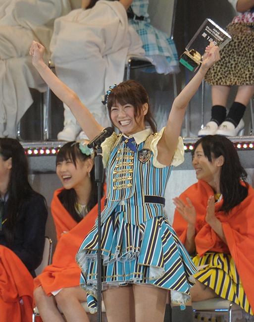 総選挙で両手を上げて喜びを表すAKB48時代の宮澤佐江