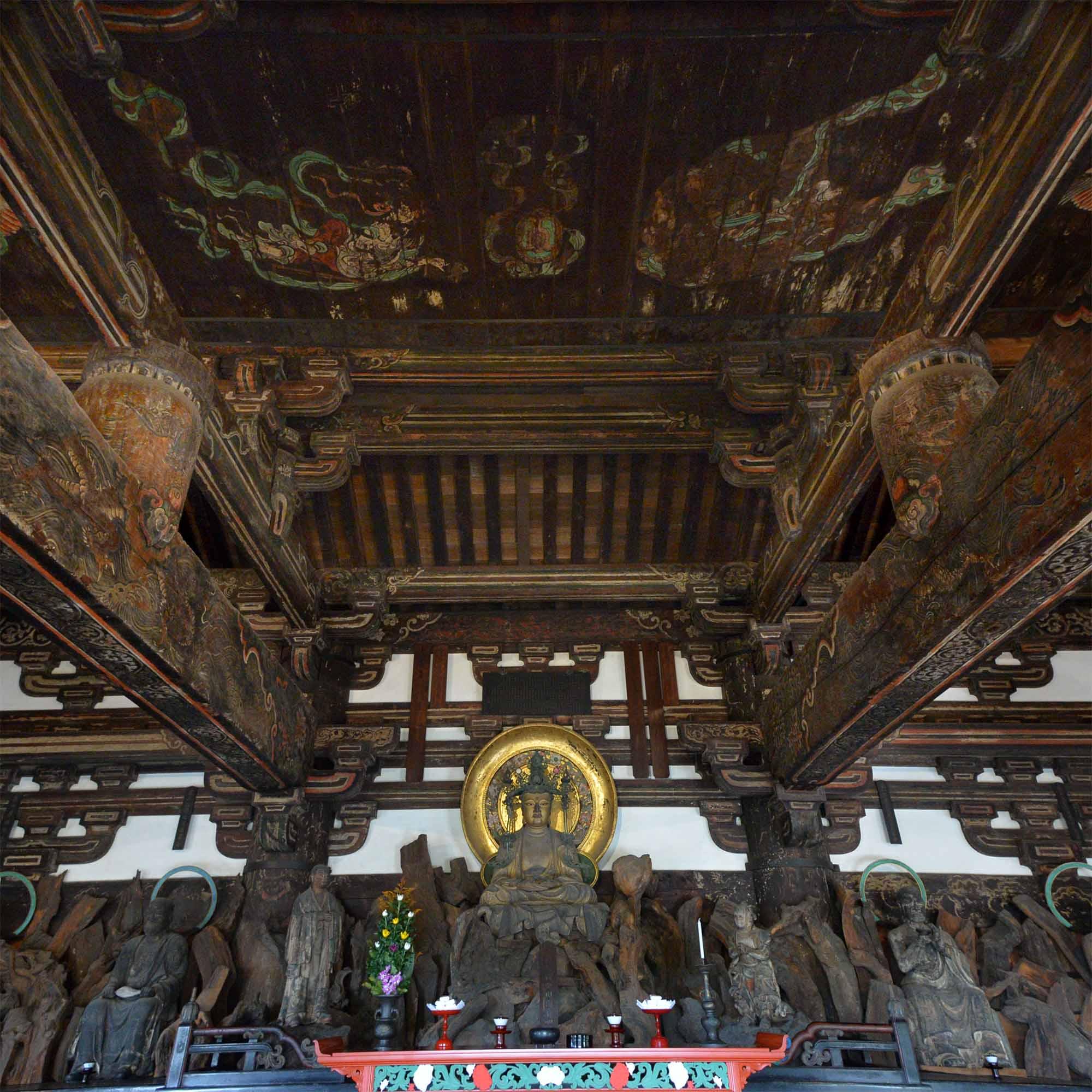 東福寺三門(国宝)の内部。須弥壇中央に宝冠釈迦如来像が安置される