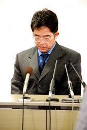 「尻出し」ギャグの問題で謝罪会見をするトミーズ健さん=2日、大阪市中央区の吉本興業大阪本部で