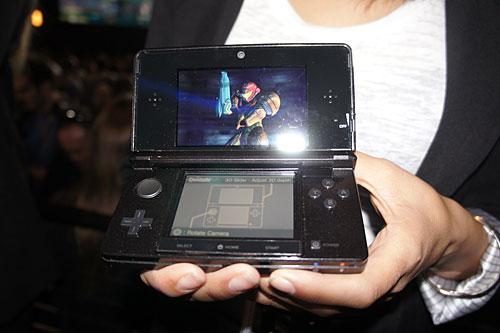 画像1:携帯ゲーム機「ニンテンドー3DS」の試作機。一見従来のニンテンドーDSiに似ているが、上の画面がワイドになり、3D表示に対応。新たにアナログ操作用のパッド(本体左側の大きい丸ボタン)も搭載した(撮影:西田宗千佳)