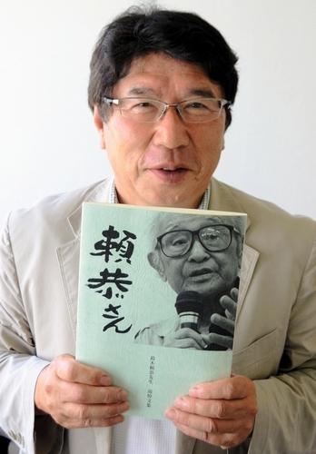 写真:出来上がった鈴木頼恭さんの追悼文集を持つ児童文学作家の堀野慎吉さん 出来上がった鈴木頼恭さ