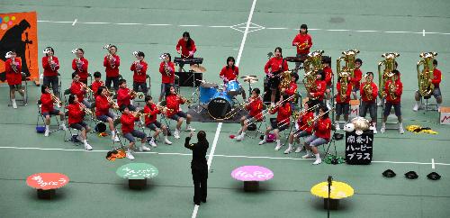 写真:演奏を披露する坂城町立南条=大阪市中央区の大阪城ホール、茨木信一撮影