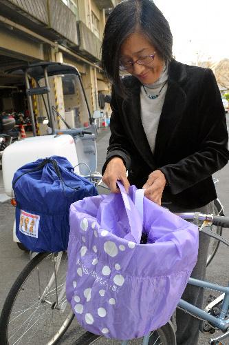 朝日新聞デジタル:ひったくり防止、自転車かご用のカバー 大阪 - 地域