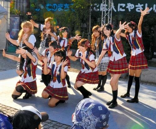 写真:ファンに手を振るメンバー=金沢市の木倉町広場 ファンに手を振るメンバー=金沢市の木倉町広場