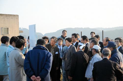 写真:干拓地の背後地で開門に反対する地元の人から説明を受ける林芳正農林水... 干拓地の背後地で