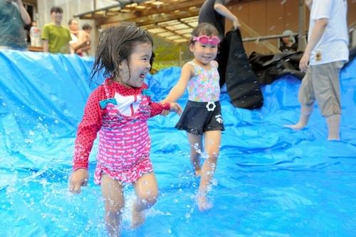 写真:出来上がったプールではしゃぐ子どもたち=宮崎市小松 出来上がったプールではしゃぐ子どもたち
