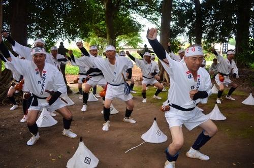 写真:大野下雨乞い奴踊りを披露する保存会の人たち=玉名市岱明町大野下の八... 大野下雨乞い奴踊