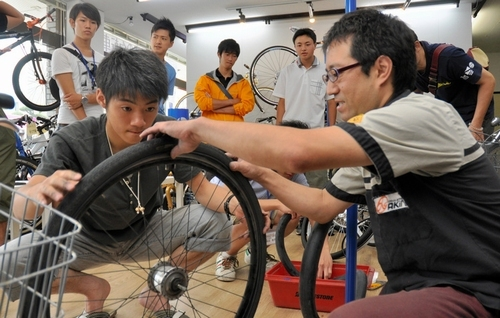 ... 自転車パンク修理学ぶ 熊本