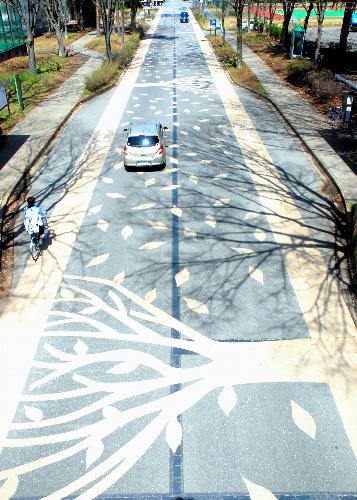 写真:自転車専用道は枯れ葉色 ...