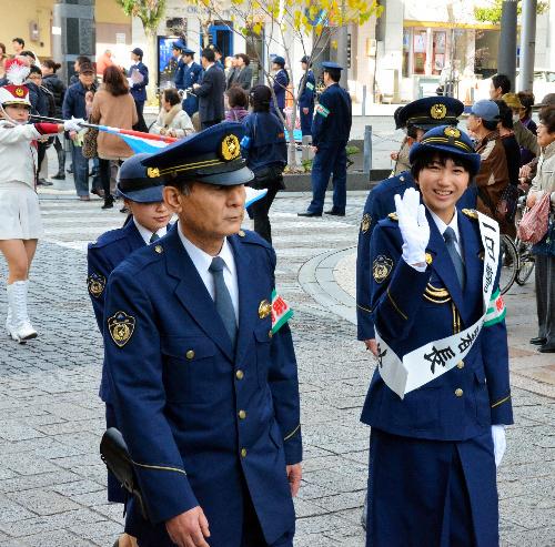 写真:静岡中央署員らとパレードする高良さん(右)=静岡市葵区呉服町 静岡中央署員らとパレードする