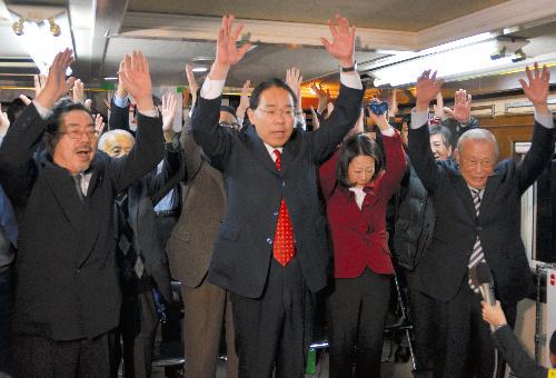 写真:大激戦を制した民主の後藤斎氏(中央)=昭和町 大激戦を制した民主の後藤斎氏(中央)=昭和町