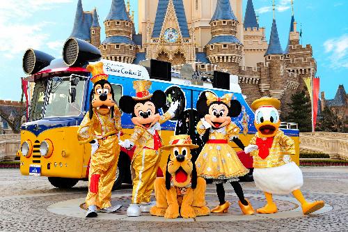 写真:ディズニーのキャラクターたち。後ろはパレードで乗る「ドリームクルーザー2」=オリエンタルランド提供