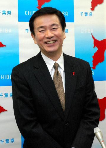 写真:最後の県議会後の記者会見で笑顔を見せる森田健作知事=県庁 最後の県議会後の記者会見で笑顔を