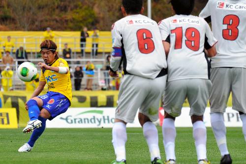 写真:前半ロスタイム、直接FKを決めるMF菊岡=県グリーンスタジアム 前半ロスタイム、直接FKを