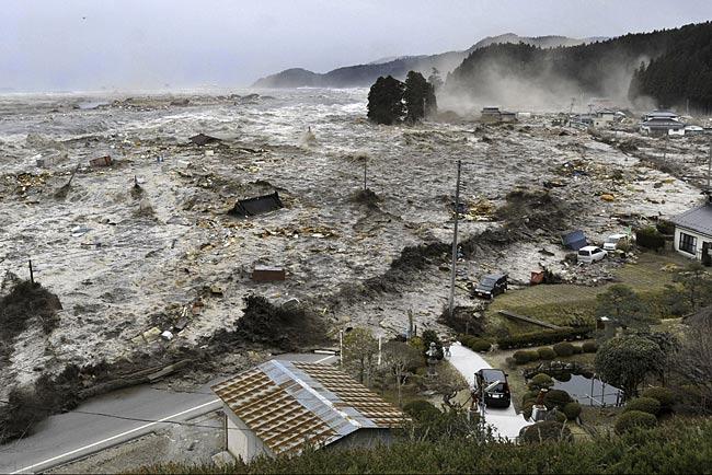 asahi.com (朝日新聞社): 気仙川からあふれ出た津波は、家々を ...
