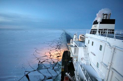写真:北極海ルートを航行する液化天然ガス(LNG)輸送船「オビ・リバー」... 北極海ルートを航