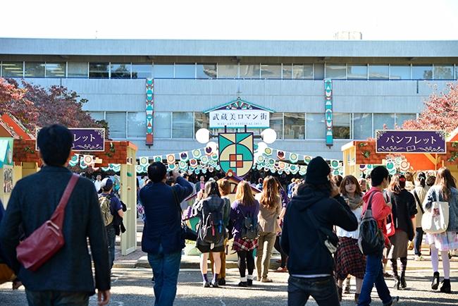学園祭フォトギャラリー〈武蔵野美術大(芸術祭2013〜武蔵美ロマン街〜)〉エントランス風景