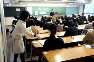 昨年のセンター試験。問題の配布ミスは全国の会場で相次いだ=滋賀県内、昨年1月14日