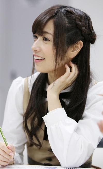 横顔も美人な斉藤優里。