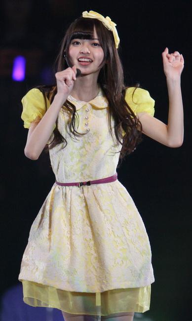 黄色衣装の齋藤飛鳥