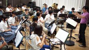 豊浦高校吹奏楽部のOBや現役部員が一緒に練習に励んでいる=下関市細江町3丁目