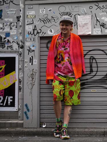 写真:DOGのショップスタッフさん。個性的でカラフルなファッション!