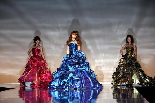 3色ドレスを着る香里奈三姉妹
