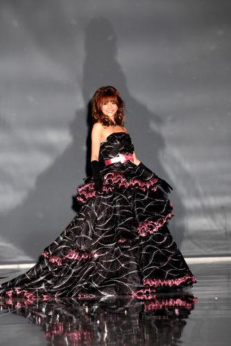 黒×ピンクのドレスを着る香里奈