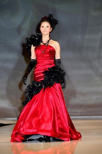 赤×黒のドレスを着る香里奈の姉、あんな