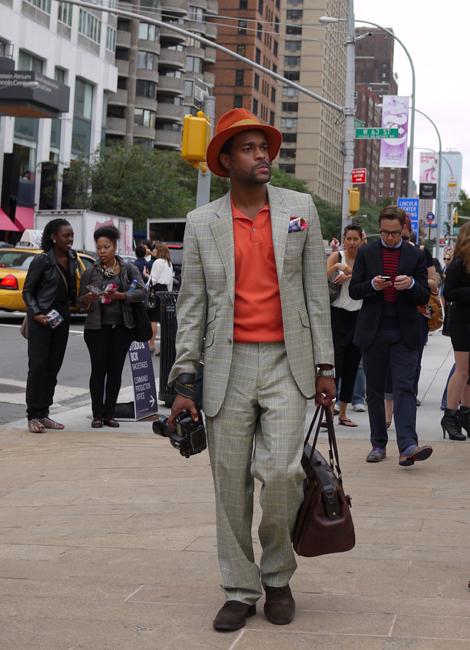 ファッションブロガーのゲール。いつもトラディショナルな着こなしが目を惹く。 今日はオレンジをキーカラーに全体を纏めている