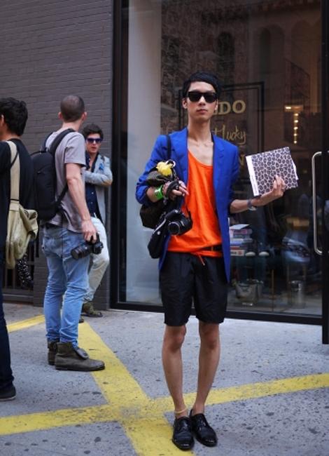 彼もファッションブロガー。ブルーとオレンジというビビッドカラー同士の組合せ