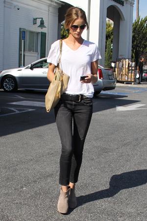 白Tシャツにブラックのパンツ。シンプルファッションの定番ですね。