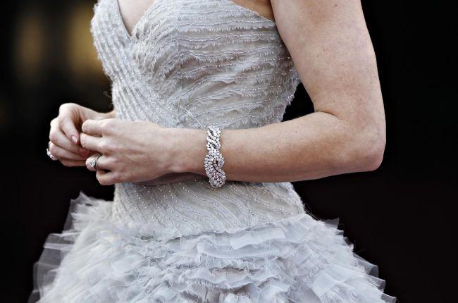 〈レッドカーペット〉 エイミー・アダムスのドレスとブレスレット=ロイター