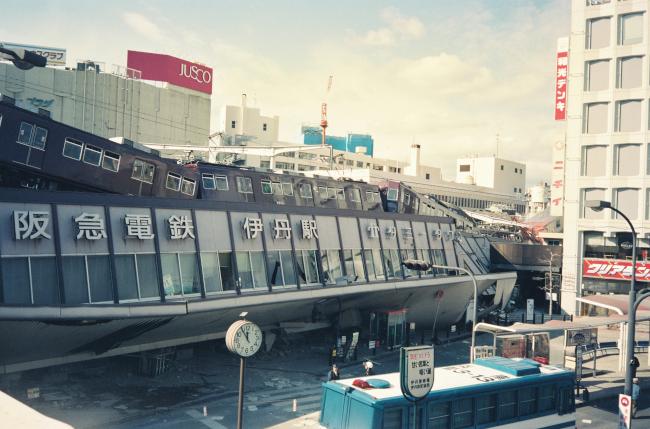 強い地震で1階部分がつぶれた阪急伊丹駅=午前11時すぎ、伊丹 ...