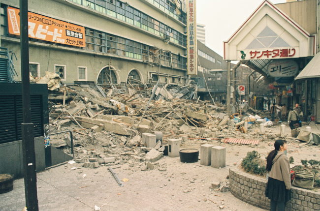 地震で崩れた阪急三宮駅ビルのがれきで埋まる駅前広場=神戸 ...