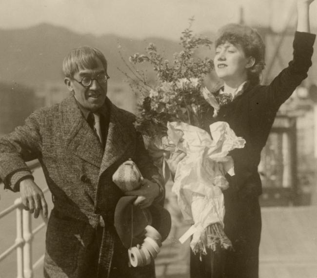 【華やかな神戸】フランスへ一時帰国する妻のマドレーヌと、見送る画家の藤田嗣治=1935年2月23日、神戸港の照国丸船上